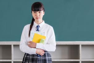 教室で佇む女子中学生の写真素材 [FYI01761299]