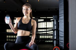 ジムでトレーニングをする女性の写真素材 [FYI01761312]
