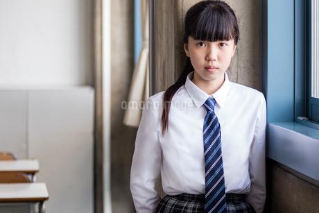 教室で佇む女子中学生の写真素材 [FYI01761318]