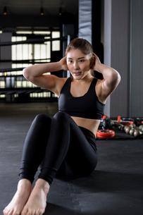 ジムでトレーニングをする女性の写真素材 [FYI01761322]
