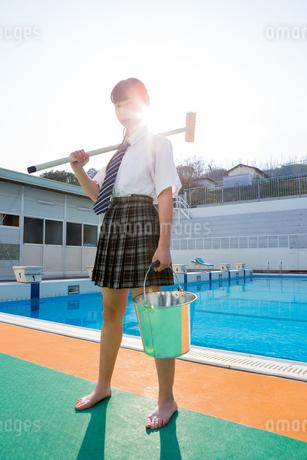 プール掃除をする女子中学生の写真素材 [FYI01761323]