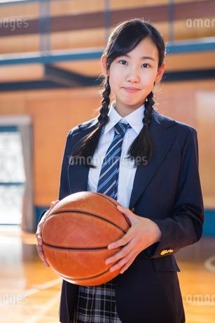 バスケットボールを持つ女子中学生の写真素材 [FYI01761331]