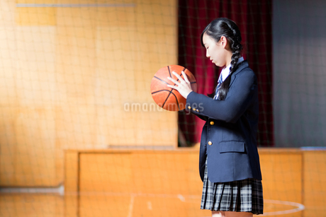 バスケットボールを持つ女子中学生の写真素材 [FYI01761334]