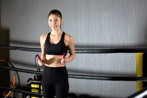ジムでトレーニングをする女性の写真素材 [FYI01761346]