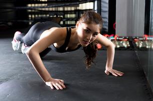 ジムでトレーニングをする女性の写真素材 [FYI01761350]