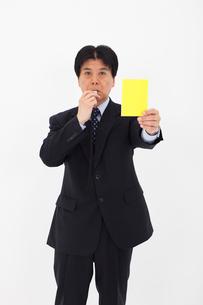 イエローカードを出す男性の写真素材 [FYI01761355]