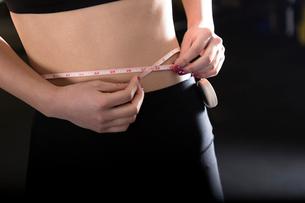 ジムで身体測定をする女性の写真素材 [FYI01761362]