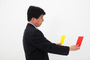 カードを選ぶ男性の写真素材 [FYI01761370]