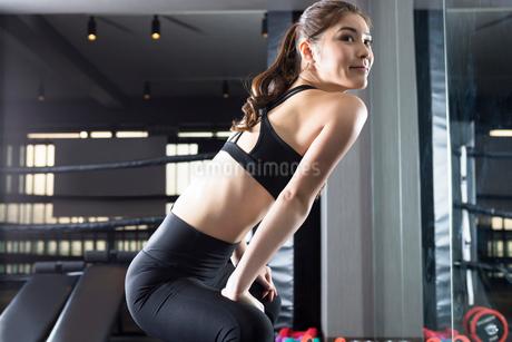 ジムでトレーニングをする女性の写真素材 [FYI01761372]