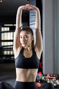 ジムでトレーニングをする女性の写真素材 [FYI01761377]