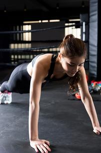 ジムでトレーニングをする女性の写真素材 [FYI01761379]