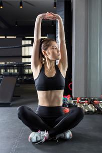 ジムでトレーニングをする女性の写真素材 [FYI01761386]