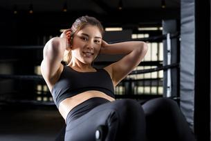 ジムでトレーニングをする女性の写真素材 [FYI01761389]