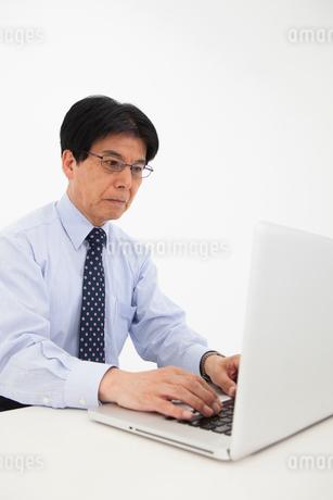 ワイシャツ姿の男性の写真素材 [FYI01761403]