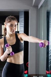 ジムでトレーニングをする女性の写真素材 [FYI01761411]