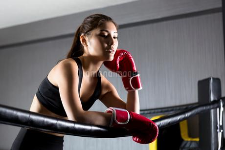 ジムでトレーニングをする女性の写真素材 [FYI01761420]