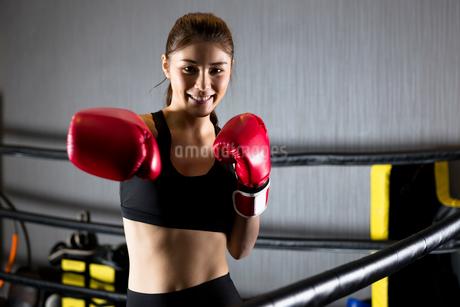 ジムでトレーニングをする女性の写真素材 [FYI01761437]