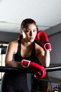 ジムでトレーニングをする女性の写真素材 [FYI01761444]