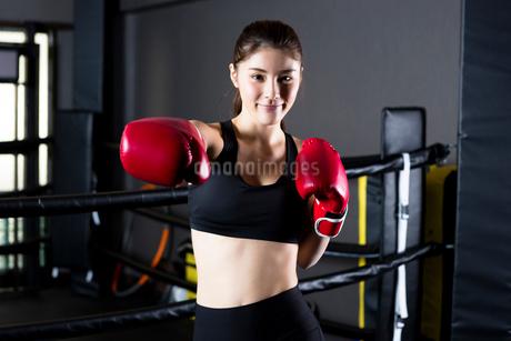 ジムでトレーニングをする女性の写真素材 [FYI01761454]