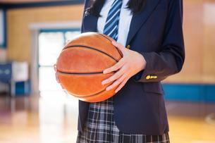 バスケットボールを持つ女子中学生の写真素材 [FYI01761473]