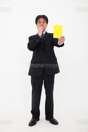イエローカードを出す男性の写真素材 [FYI01761489]
