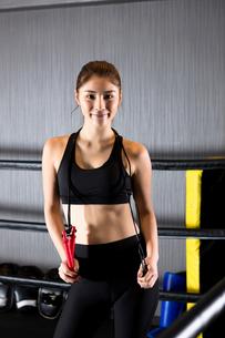 ジムでトレーニングをする女性の写真素材 [FYI01761492]