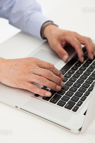 ノートPCを操作する手元の写真素材 [FYI01761496]