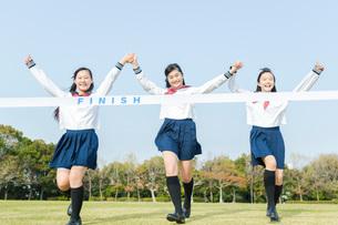 ゴールする女子中学生の写真素材 [FYI01761523]