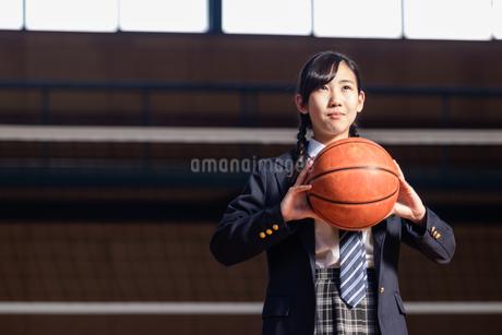 バスケットボールを持つ女子中学生の写真素材 [FYI01761524]