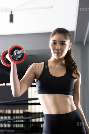 ジムでトレーニングをする女性の写真素材 [FYI01761576]