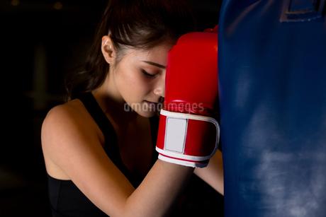 ジムでトレーニングをする女性の写真素材 [FYI01761622]
