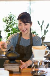 コーヒー豆を挽く女性の写真素材 [FYI01761665]