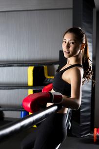 ジムでトレーニングをする女性の写真素材 [FYI01761714]