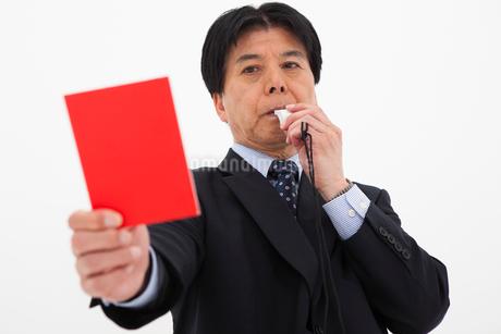 レッドカードを出す男性の写真素材 [FYI01761716]