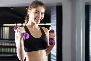 ジムでトレーニングをする女性の写真素材 [FYI01761726]
