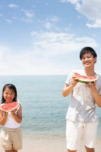浜辺でスカイを食べる家族の写真素材 [FYI01761770]