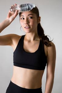 スポーツウェアを着た女性の写真素材 [FYI01761829]