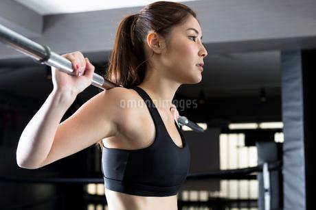 ジムでトレーニングをする女性の写真素材 [FYI01761886]