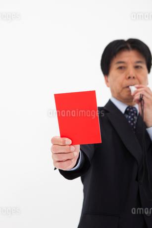 レッドカードを出す男性の写真素材 [FYI01761936]