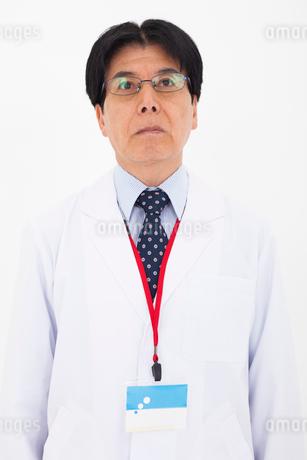 白衣の男性の写真素材 [FYI01761984]