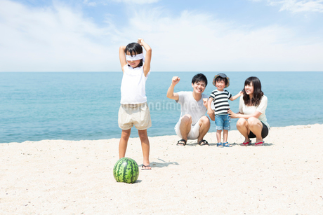 浜辺でスイカ割りをする家族の写真素材 [FYI01762216]