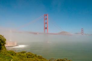 霧のサンフランシスコ・ゴールデンゲートブリッジの写真素材 [FYI01762277]