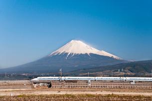 新幹線と富士山の写真素材 [FYI01762318]