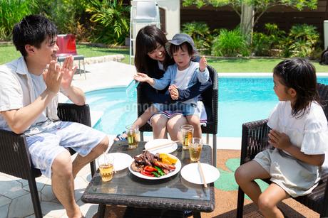 プールサイドで食事をする家族の写真素材 [FYI01762362]