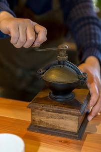 コーヒー豆を挽く男性の写真素材 [FYI01762404]