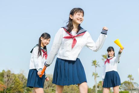 バトンを受け取る女子中学生の写真素材 [FYI01762634]