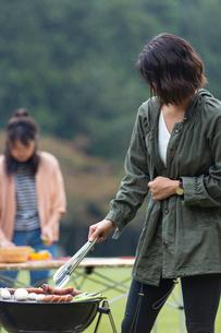 バーベキューをする女性の写真素材 [FYI01762657]