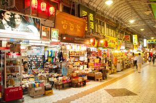 市場本通りの夜景の写真素材 [FYI01762683]