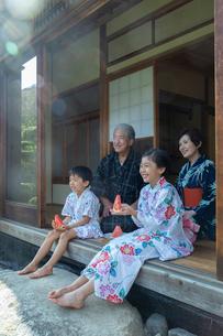 縁側に座る祖父母と孫の写真素材 [FYI01762746]
