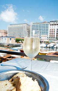 白ワインのあるテーブルの写真素材 [FYI01762816]